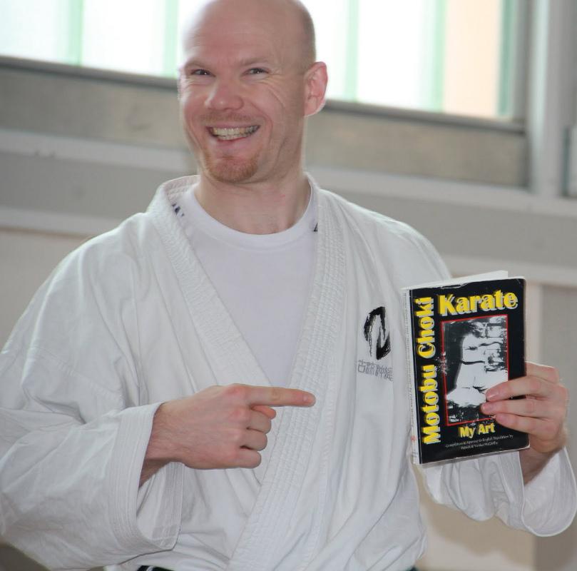 Olaf mit IRKRS Publikation zu Motobu Chôki